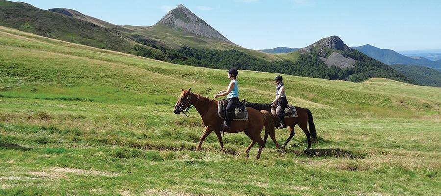 Tour des Volcans randonnee a cheval Cantal